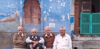 Elderly_men_sit_on_a_bench_in_Jodhpur