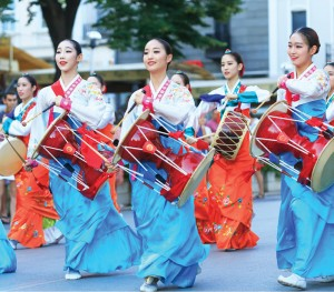 Seoul_South_Korea_women_traditional_drumming