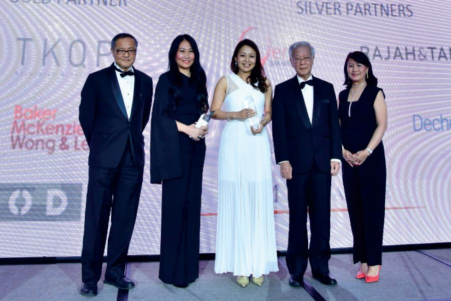 From left to right: Singapore Institute of Directors chairman Willie Cheng, award winners Loretta Yuen and Gladys Chun, former chief justice Chan Sek-keong, and SCCA president emeritus Angeline Lee